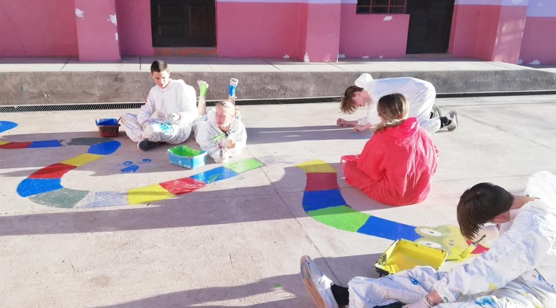 ペルーの教育施設の塗装を通して学習環境の改善に努める高校生ボランティア